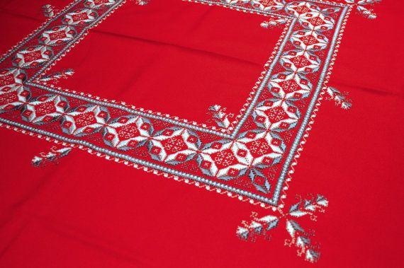 Mantel bordado a mano lagartera. Materiales utilizados: Panamá color rojo e hilo de perlé de DMC en color gris de primera calidad. Medidas: 150x150 cms con 6 servilletas.