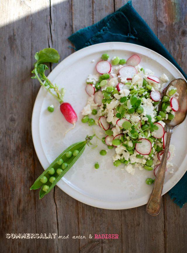 Sommersalat med rå blomkål | 1/4 blomkål, 1 dl friskbælgede ærter, 1,5 dl edamame bønner, bælgede og kogte, 1 bdt radiser, 50 g feta, 1 bdt brøndkarse, 2 spsk olivenolie, 1 spsk eddike, gerne hyldeblomsteddike, salt og peber