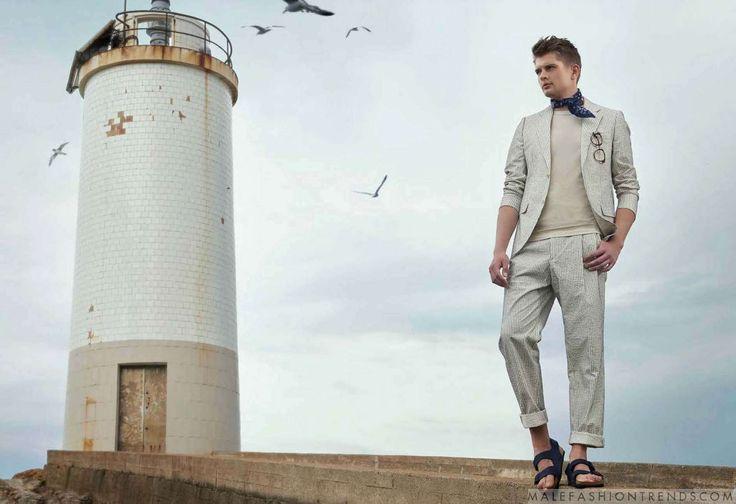 Vladymyr Stepanenko viste perfectos looks náuticos en el número de verano de DAPPER Magazine