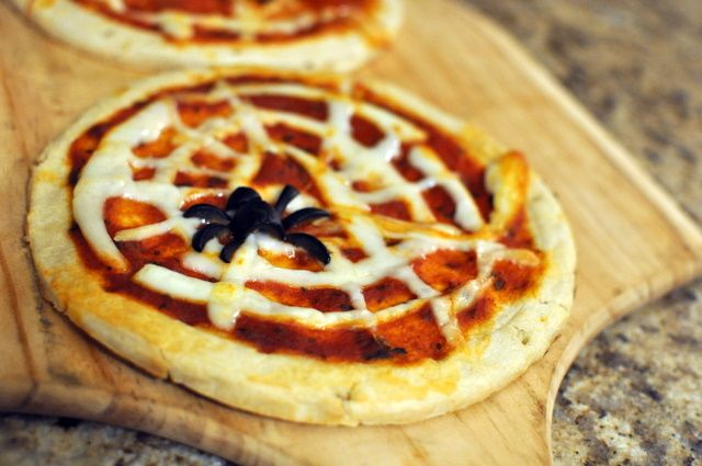 Spider Web Pizzas by thevillagecook #Kids #Spider_Web_Pizzas #thevillagecook