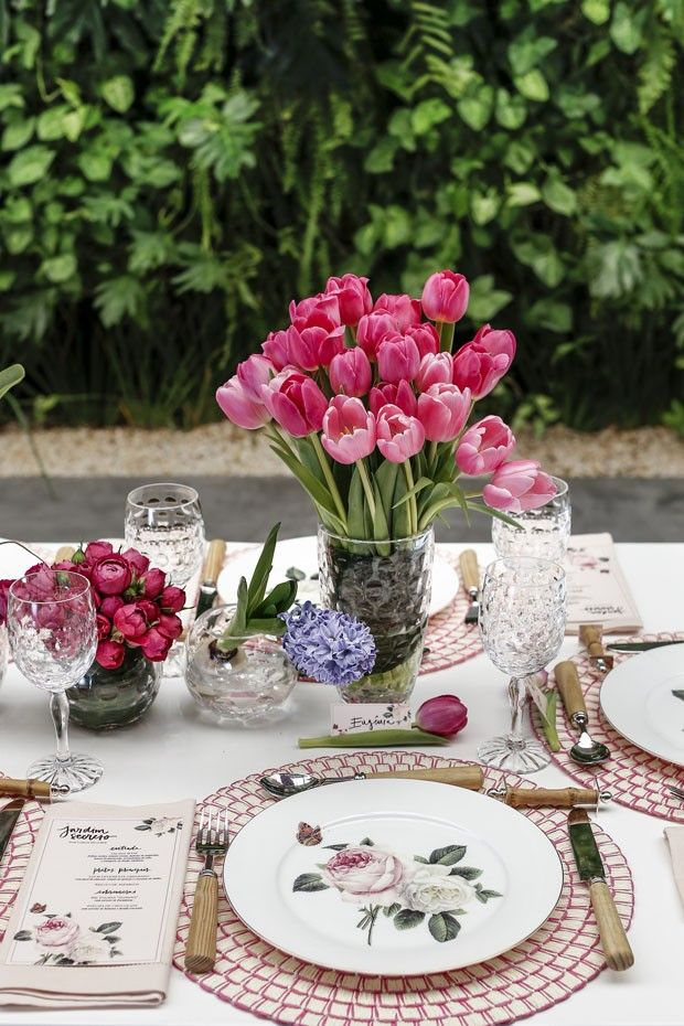 Uma mesa com flores e decoração no clima do outono (Foto: Julio Acevedo)