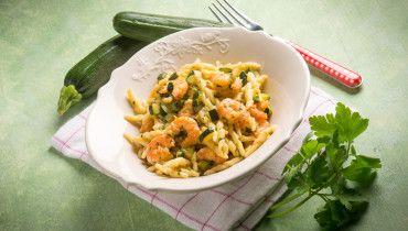 piatto di pasta con zucchine e gamberetti surgelati