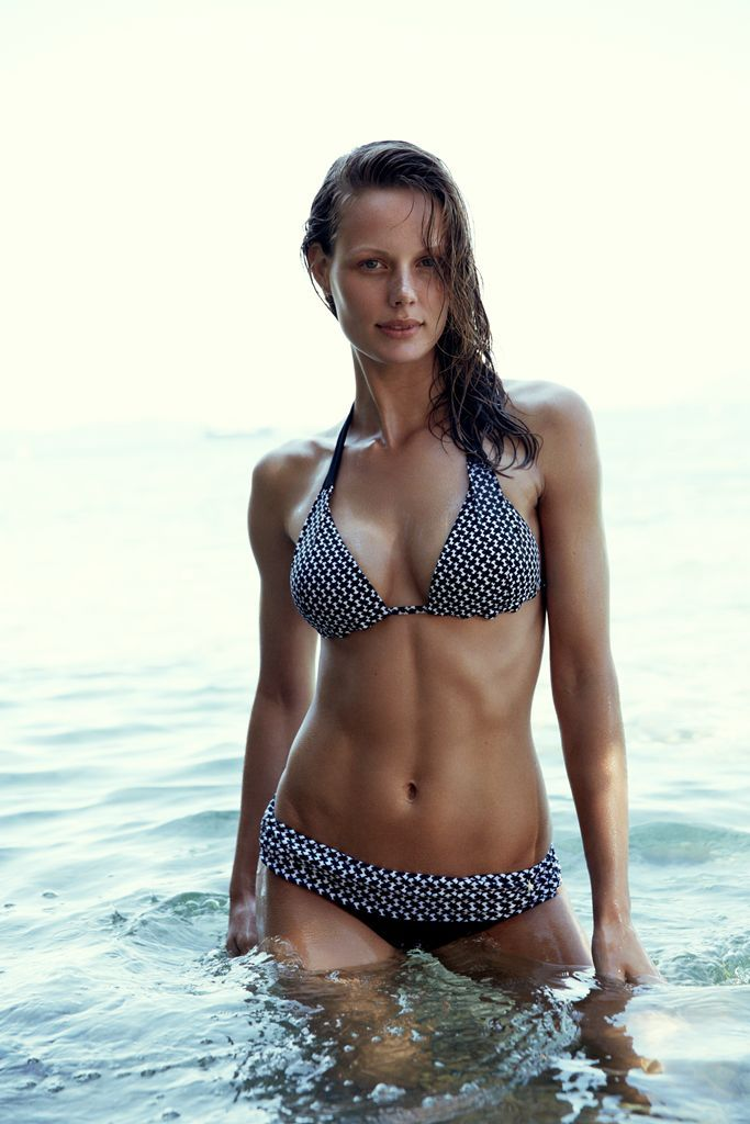 sporty and elegant beach look: black and white patterned bikini by #CarolineBlomst for #Esprit Beachwear Capsule Collection
