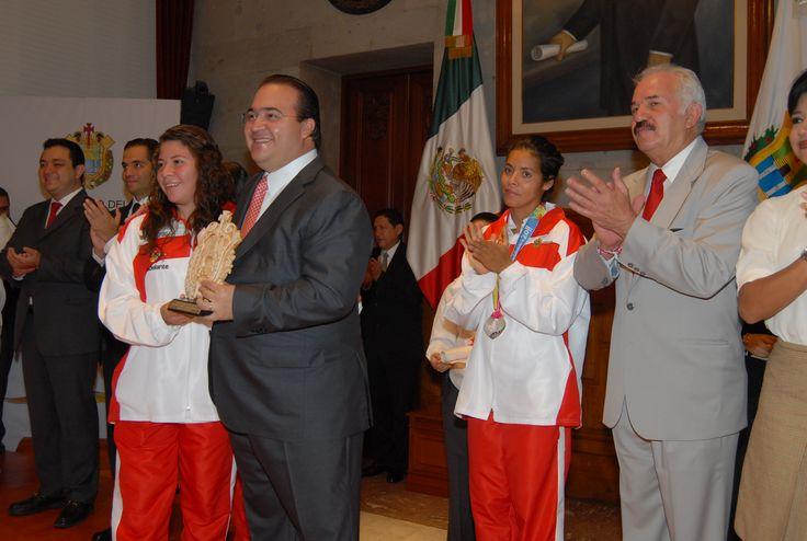 El mandatario estatal entregó el  Premio Estatal del Deporte a jóvenes atletas veracruzanos, acompañado del secretario de Educación de Veracruz, Adolfo Mota Hernández, y del director del Instituto Veracruzano del Deporte, Rafael Cuenca Reyes.