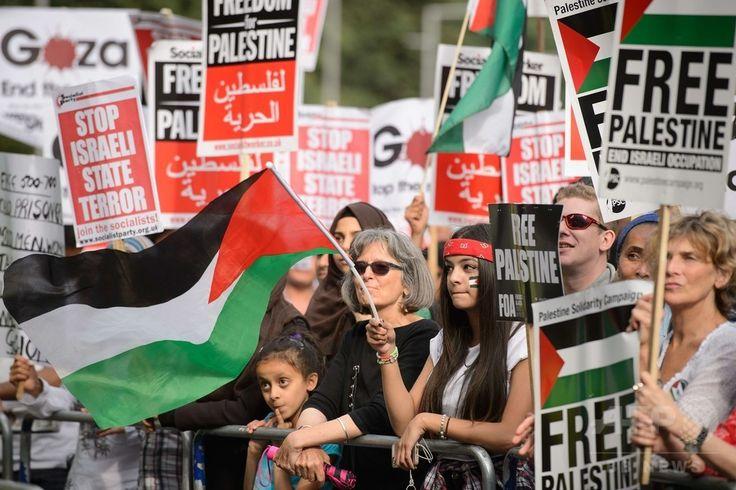 英ロンドン(London)のイスラエル大使館の近くで、イスラエル軍によるパレスチナ自治区ガザ地区(Gaza Strip)攻撃の中止を求めるデモを行う人々(2014年8月1日撮影)。(c)AFP/Leon Neal ▼2Aug2014AFP 「イスラエル軍は攻撃を中止せよ」、世界各地で反戦デモ http://www.afpbb.com/articles/-/3022045 #London #against_Israel