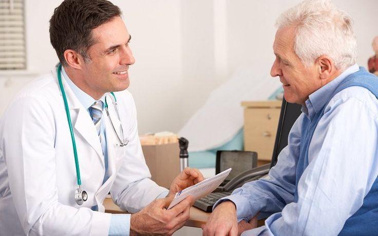 Lekári často upozorňujú, že medzi nami je ešte veľa ľudí, ktorí podceňujú príznaky mozgového infarktu. Stáva sa, že ľudia s týmto problémom príchádzajú neskoro a čo je najsmutnejšie, niekedy sa už nedá pomôcť. Rozpoznajte píznaky mozgovej mrtvice. K dispozícii sú 4 kroky rozlišovania. – Požiadajte túto osobu o úsmev (nemôže