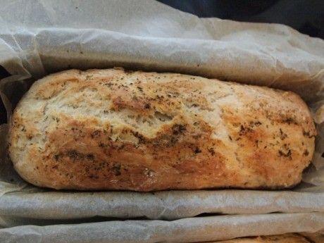 Δεν θέλει ζύμωμα! Πρόκειται για ένα ψωμί που γίνεται σε μια ωρίτσα το πολύ και εντυπωσιάζει τους πάντες! Το φτιάχνω όταν μπλοκάρω, π.χ. τα μωρά πεινάνε για κάτι ζεστό και νόστιμο, η παρέα που θα έρθει θέλουν κρασάκι δροσερό και μεζεδάκι πρώτο κτλ...