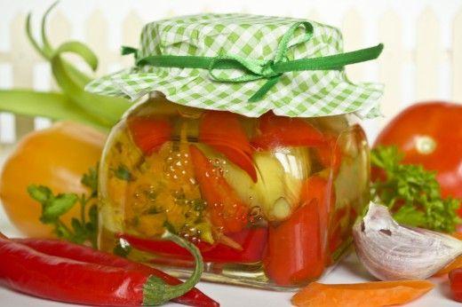 Ассорти из маринованных перцев на зиму.  Необыкновенно вкусные острые маринованные перцы в оливковом масле. Изюминка этого рецепта состоит в том, что, после того как все перцы съедены, оливковое масло можно использовать как заправку для салата.