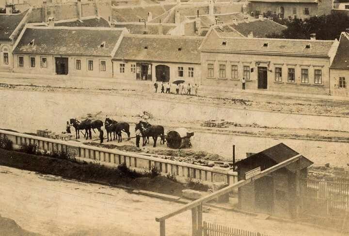 1890 Az Attila úton a vár Krisztinavárosi oldali támfalának építése, lóvontatású úthengerek