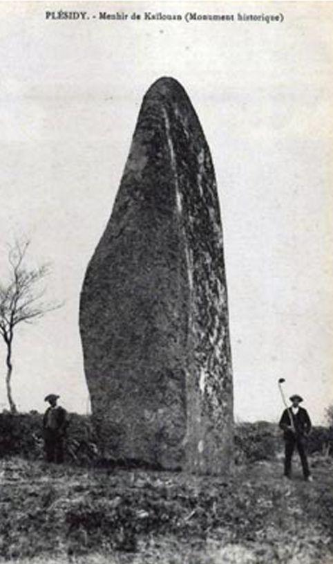 Le menhir de Kailouan au début du XXè siècle; il est déjà classé Monument historique. Cotes d'Armor. Brittany