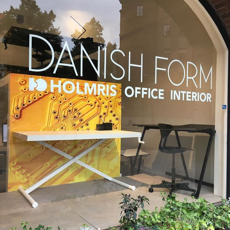 Indiansummer hos Danish Form - titta förbi och kolla vår nya utställning nu även m vassa skolmöbler. Välkommen! #danishdesign #coolakontorsmöbler #ergonomiskaskolmöbler #höjochsönkbaraskrivbord