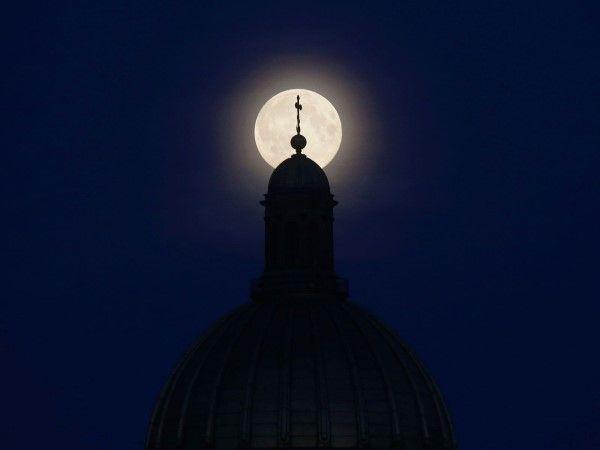 La superluna por el mundo (© REUTERS/Alexander Demianchuk)