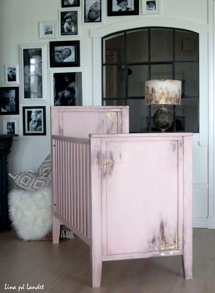 Målningsuppdrag: Rosa säng i ruffig stil Jag fick äran att uppfylla en önskan om en ruffig, rosa godbit med guldkant. Jag g...