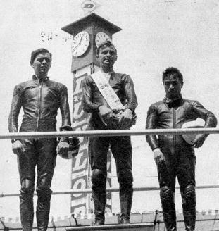 1964-世界選手権レ-ス マン島  TTレ-ス50表彰台の  Bryans・Anderson・森下