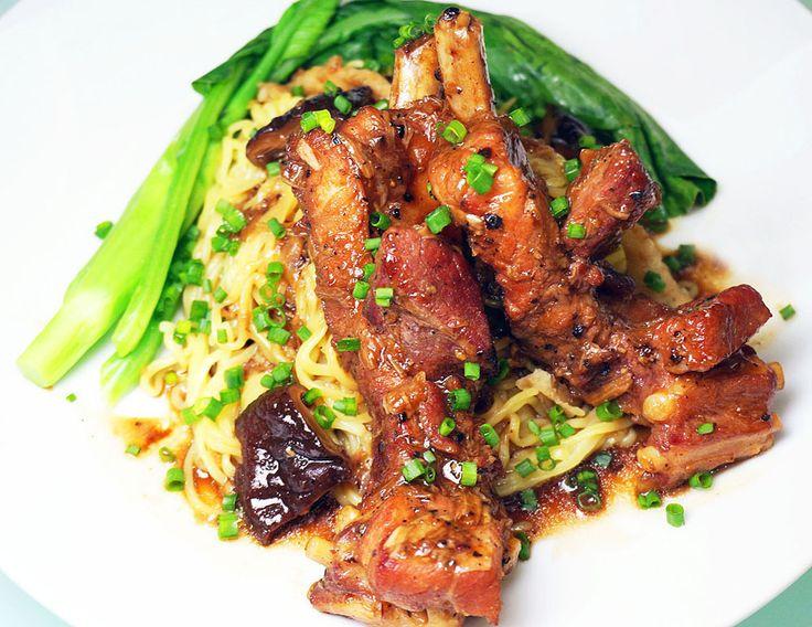 บะหมี่แห้งราดซอสกระดูกหมูตุ๋นเห็ดหอม จานเด็ดสุดอร่อย