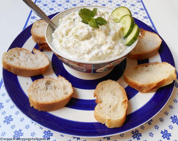 Le tzatziki est une sauce grecque, à base de concombre et de yaourt,  délicieusement rafraichissante.  Le concombre y est soit râpé, soit taillé en mini cubes (si on préfère le  «croquant»), soit tranché en fines rondelles, voire écrasé en purée.  Egoutté, il est mêlé à une sauce crémeuse, laquelle sera faîte de yaourt de  soja ou de crème végétale (l'occasion de tester notre crème fraîche maison ). Ce duo concombre/sauce crémeuse s'enrichira d'ail, d'oignon, de sel, de  poivre, d'huile…