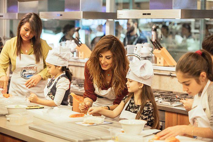Ünlü anneler ve çocukları Norveç somonu pişirmek için mutfağa girdi