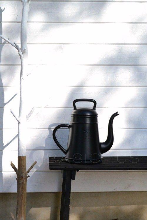 Verkoopstyling tip 5: De winter komt eraan! Zorg ervoor dat je tuin er in de herfst en winter ook mooi uitziet. Met deze leuke gieter van Basichus bijvoorbeeld.