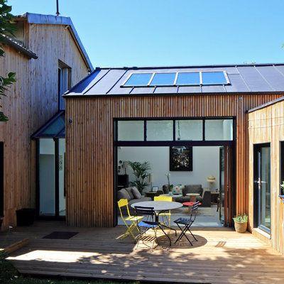 Volontairement fermée sur la façade nord, Frédéric Thet a cherché à orienter l'extension de la maison vers le sud pour chercher le soleil et ses apports passifs en énergie renouvelable.