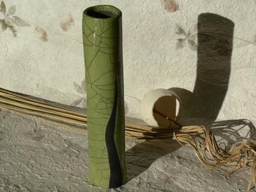 Vaso cilindrico raku verde chiaro con fiammata nera - NonSoloraku.net