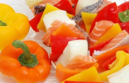 Spiedini di salmone marinato alla griglia  http://www.tribugolosa.com/ricette-spiedini.htm #spiedini #peperone #salmoneo alla griglia