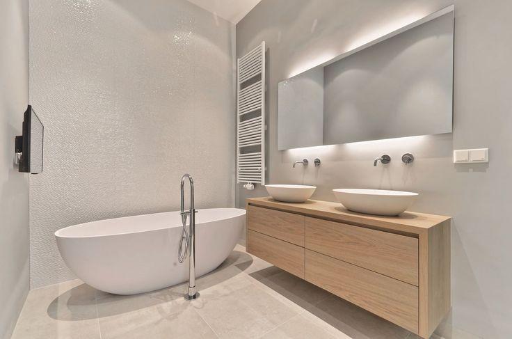Op deze foto ziet u een Luca quartz vrijstaand bad met vrijstaande badkraan van Hotbath. De vloertegels zijn het formaat 60x 60 cm in een betonlook. De muur achter het meubel is grijs gestuct. En Porcelanosa tegels op de wand achter het bad. #design #inspiration #bathroom #shower #badkamer #bath #hotbath #porcelanosa #gjmeijer meijer #tegels #tiles badkamer inspiratie