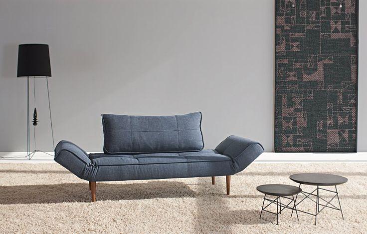 En lille smart 50'er klassiker. Stilren sovesofa uden armlæn der kan justeres i begge ender. Perfekt hvilested til dit hjem. Fås i farverne  blå og mørk grå samt med to typer ben.