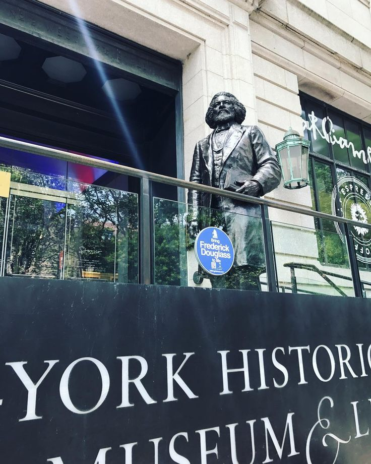 Had a great morning celebrating the New York launch of @talkingstatues! Watch our Insta Story above 👆 to see the launch and hear from the project's creator David Peter Fox, @nycparks Director of Art and Antiquities Jonathan Kuhn, N-YHS VP and Museum Director Margi Hofer, and actors performing the speeches of the statues. 👀🗣📲If you find any of the 35 #talkingstatues in NYC, simply scan the QR code on their blue sign with your phone, and you'll receive a phone call to hear them talk…