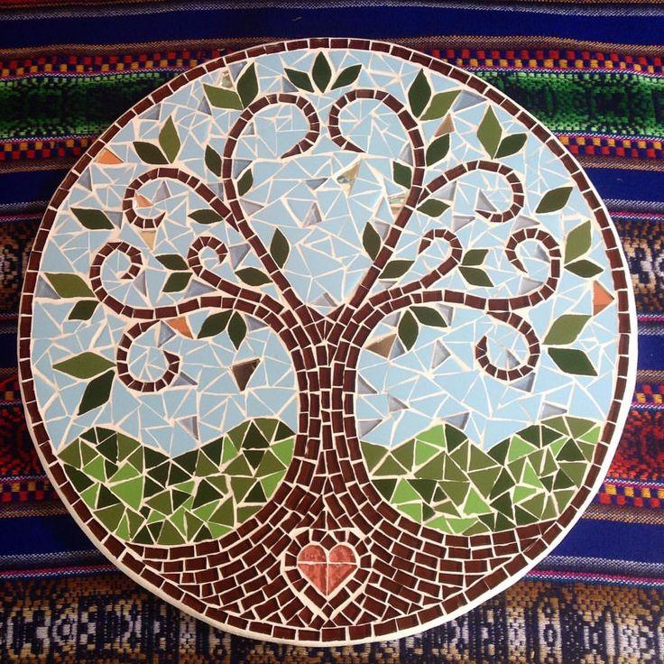 """72 curtidas, 12 comentários - Camila S. Leão (@camilaleaomosaicos) no Instagram: """"Mosaico Árvore da vida! 3corações!  essa é a quinta árvore desse modelo que faço, e por mais que…"""""""