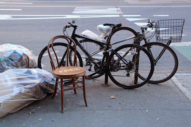 Transformando lixo em luxo Designer reforma móveis velhos e distribui de graça