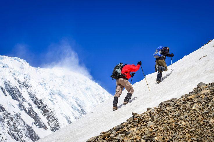 Everest, gunung yang menjadi idaman semua pendaki gunung di dunia ini pertama kali ditaklukkan oleh Tenzing Norgay dan Edmund Hillary. Siapa yang lebih dahulu menaklukkan puncaknya tidak ada yang tahu, bahkan mereka sendiri menolak menjawab siapa yang pertama kali mencapai puncak Everest dan lebih ingin dikenang sebagai dua orang pertama yang pertama kali mencapai puncak …