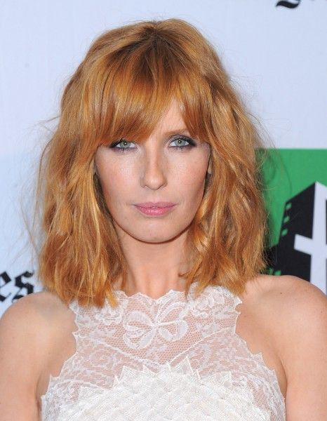 2012, Kelly Reilly avec un carré long frangé - Kelly Reilly : de boyish à glamour, on veut ses cheveux roux ! - Elle