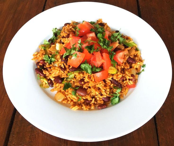 Deze Mexicaanse rijst met kidneybonen is heerlijk als bijgerecht, maar ook met wat smakelijke toppings erbij. En dat voor minder dan 1 euro per persoon.