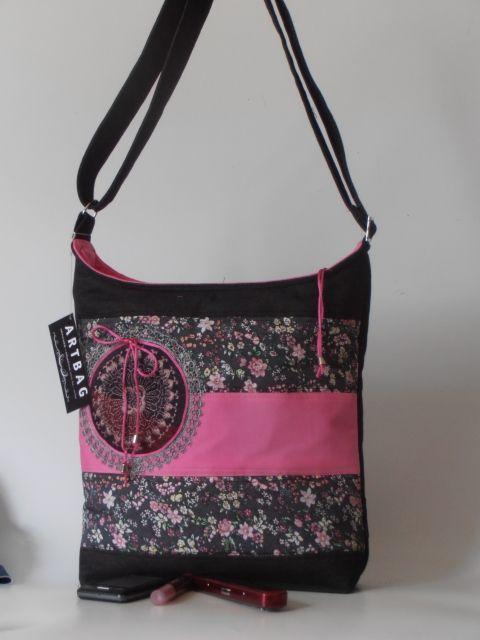 Sportos, pink-, virágmintás nõi táska, kör applikációval