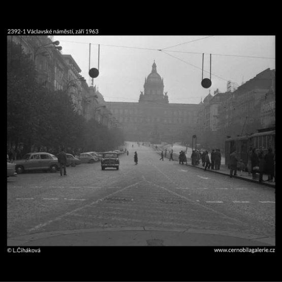 Václavské náměstí (2392-1) • Praha,  září 1963 • | černobílá fotografie, Nárosní muzeum, tram zastávka, vozocka, Václavské náměstí |•|black and white photograph, Prague|