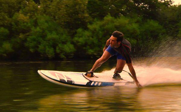 波がなくてもサーフィンが楽しめる「ジェットボード」がスゴイ! スペインの「Onean」というブランドから発表された「ジェットボード」。  その名の通り、電動モーター付きのサーフボードで、水の上なら電力を使ってすいすいとサーフィンすることができる。