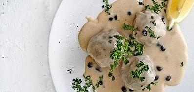 Königsberger klopse - Berlijnse gehaktballen met romige kappertjessaus is bouillon basis en het kneepje citroensap maakt de saus af met een frisse toets.