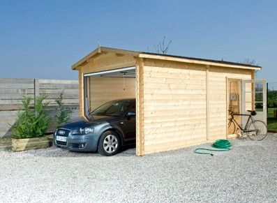 Ce garage en bois naturel non traité s'intègrera à tous les jardins et maisons. Il dispose d'une large ouverture frontale et d'une porte simple à usage quotidien!