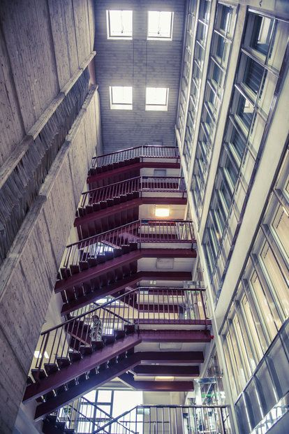 Budova, kde dnes sídlí společnost CETIN, je sama o sobě ukázkou zvláštní normalizační architektury. Postavena byla vletech 1972 až 1980 a na svou dobu vní byla umístěna velmi dobrá telekomunikační technika.