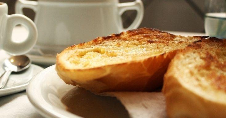 Na cama, na sala ou na cozinha, café da manhã é uma delícia. Aproveite o friozinho para fazer um Pão na Chapa e começar o dia com um pão tostado com manteiga. Clique ao lado para ver a receita