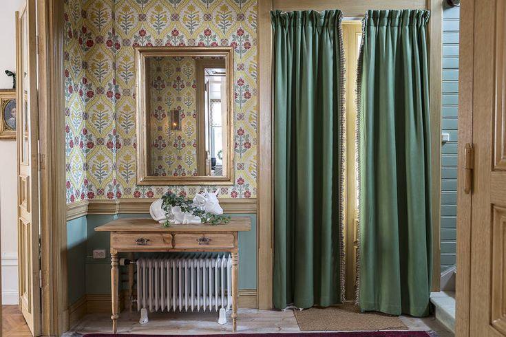 göra hallen med panel + tapet, draperi för dörren. Fundera hur badrum+ förvaringsdörrarna ska utformas.