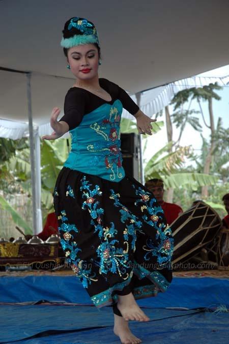 Jaipongan energic dance from west java
