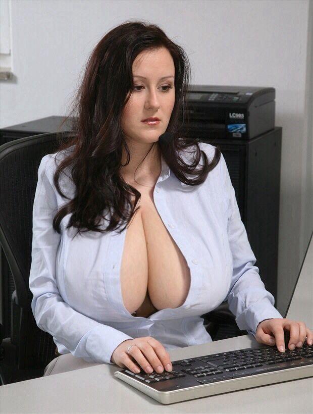 Секретарша с дойками, видео лесбиянки лижут друг другу волосатую