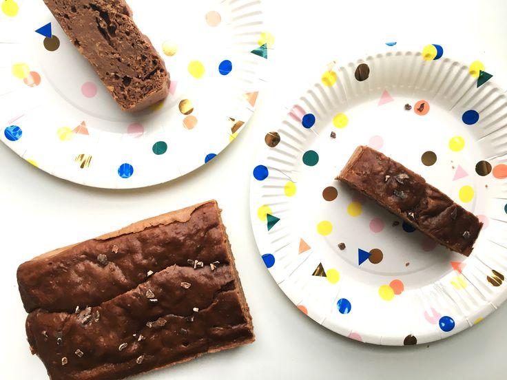 Zin in een lekkere eiwitrijke snack? Deze chocolade pindakaas proteïnecake zit bomvol eiwitten en bevat maar heel weinig calorieën! Genieten maar!