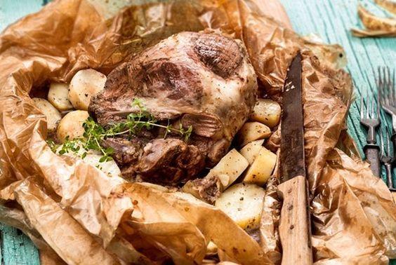 Μπούτι ζυγούρι στη λαδόκολλα με κεφαλογραβιέρα και πατάτες-featured_image