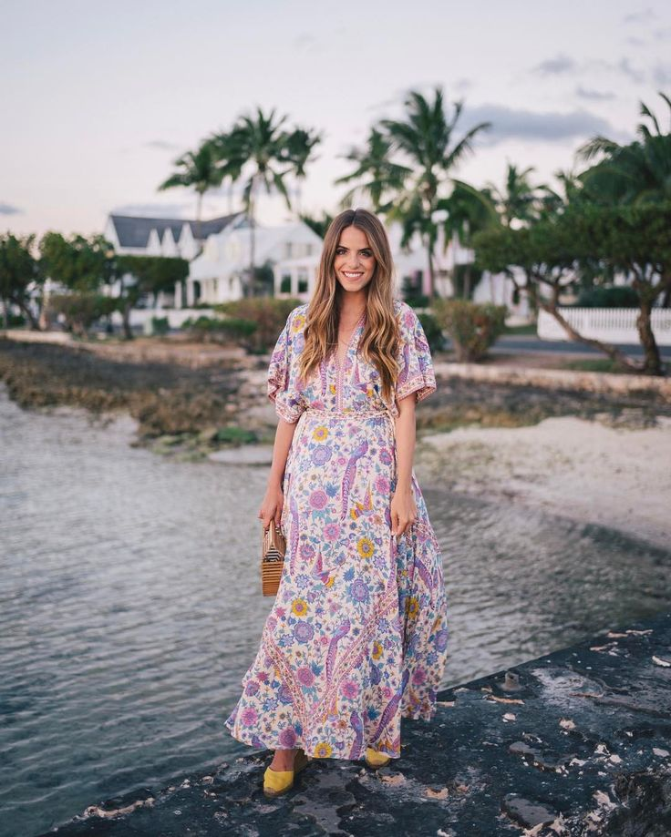 Sunset breeze on the island 🌴 Link in profile to this look! #harbourisland #bahamas #gmgtravels #maxidress #sunset #beachstyle