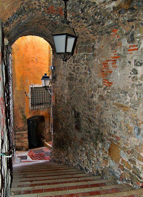 Ruelle de la vieille ville - Menton (Alpes-Maritimes)    et ses passages discrets