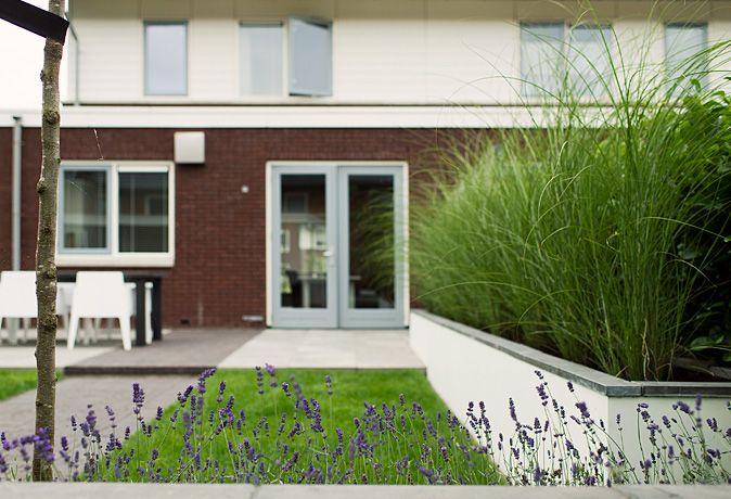 www.buytengewoon.nl. tuinontwerp - tuinaanleg - tuinonderhoud.  Kindvriendelijke tuin met mooie zichtlijnen in Zwolle. Met gazon, veranda, plantbakken en niveauverschil. www.buytengewoon.nl