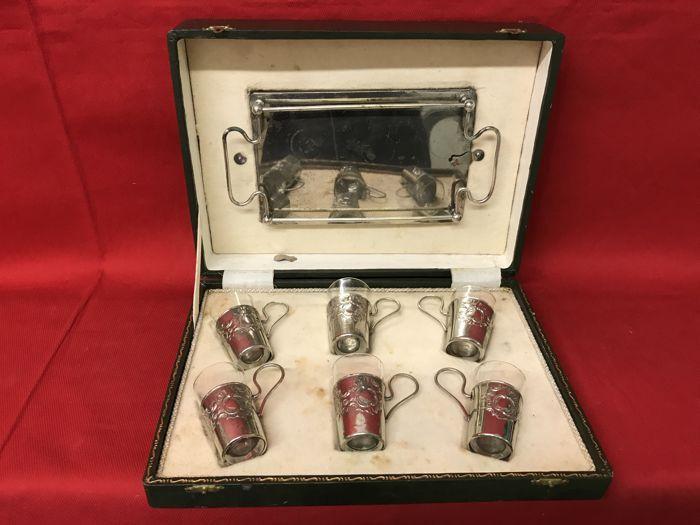 Catawiki, pagina di aste on line  Set da viaggio - Bicchierini e vassoio in metallo/argento in cofanetto