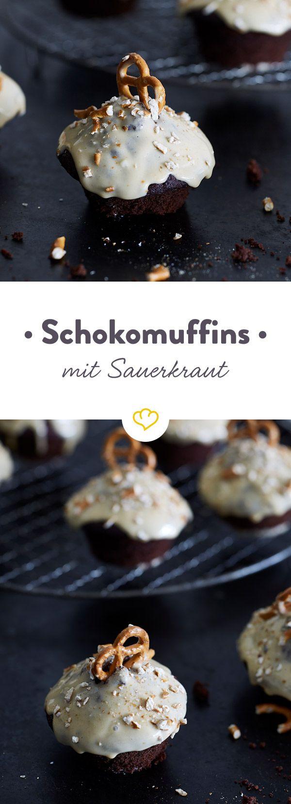 Die Geheimzutat für saftige Schokomuffins? Sauerkraut! Mit Salzkaramell-Glasur und Mini-Brezeln bringen die süßen Muffins dich in Oktoberfest-Stimmung.